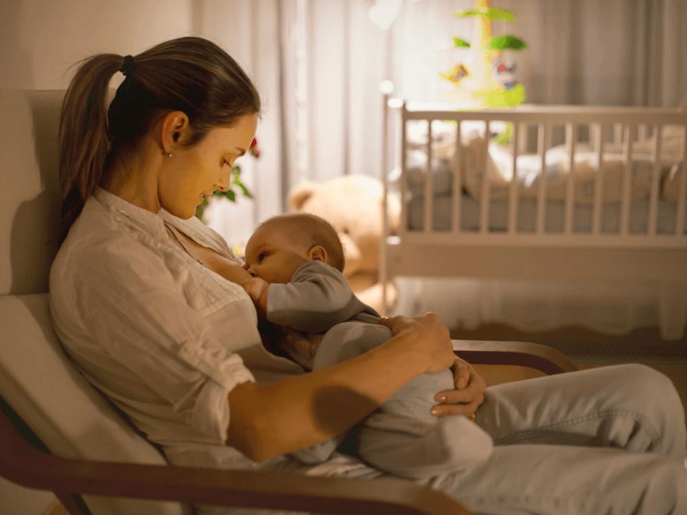 Mamá amamantando a bebé