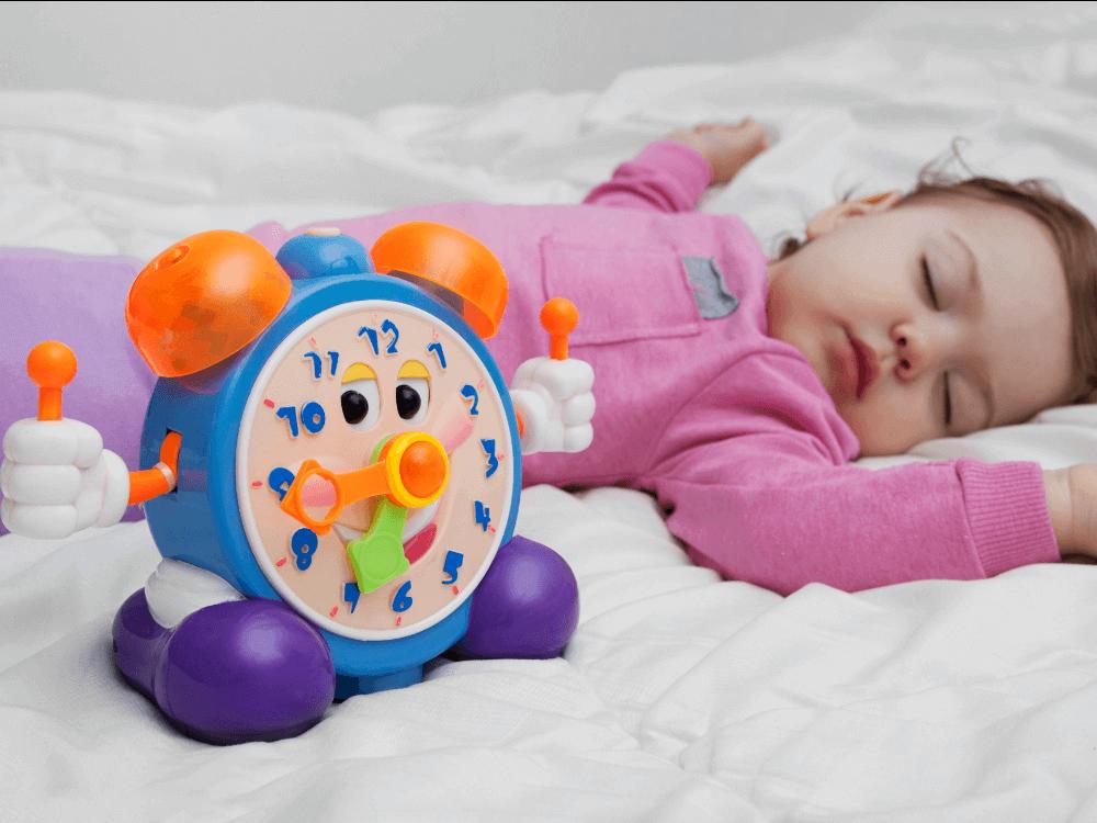 Imagen recomendación 1: Bebé durmiendo en la cama con juguete al lado