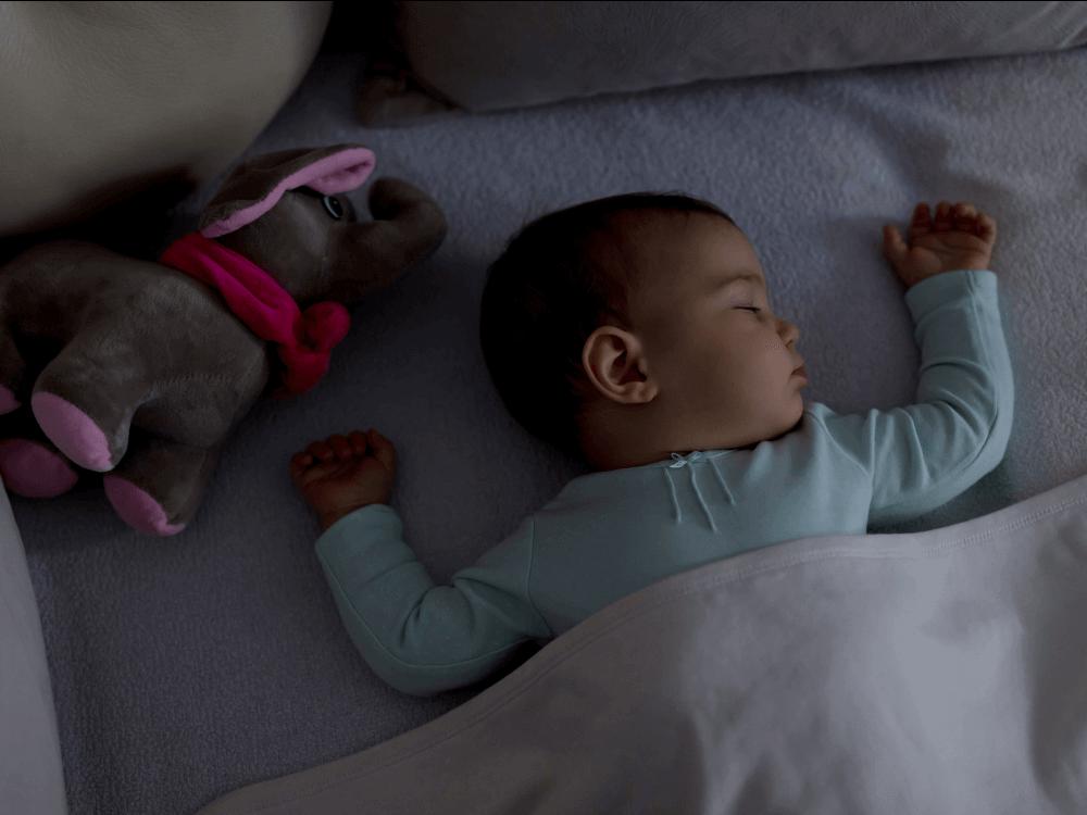 Imagen recomendación 4: Bebé durmiendo con la luz apagada