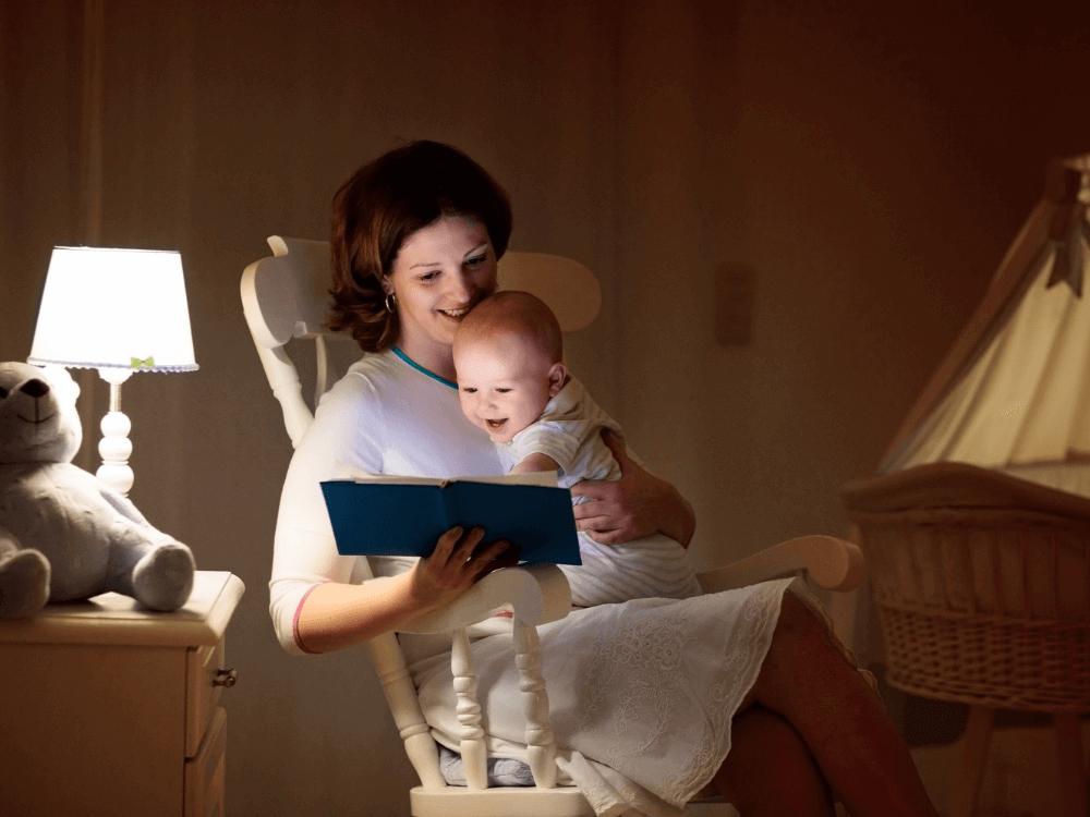 Imagen recomendación 5: Mamá leyéndole en una mecedora un cuento a su bebé