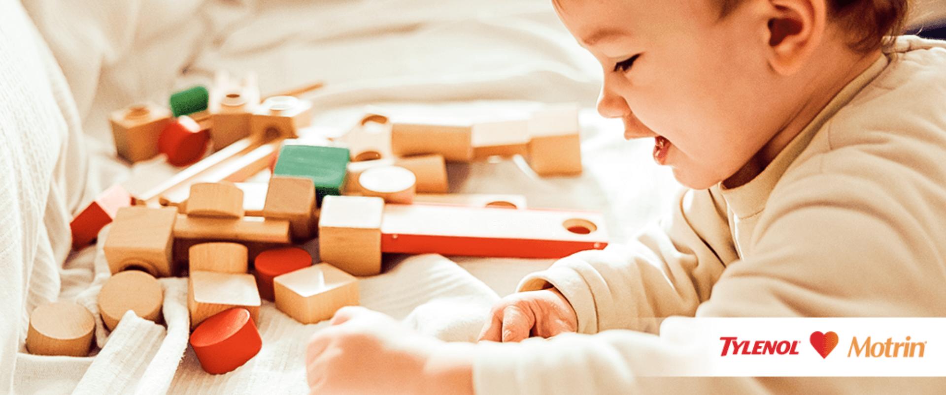 Bebé jugando con cubos de madera