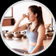 icon box red persona 1: Mujer haciendo ejercicios de respiración