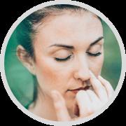icon box red persona 2: Mujer haciendo ejercicios para mejorar su respiración