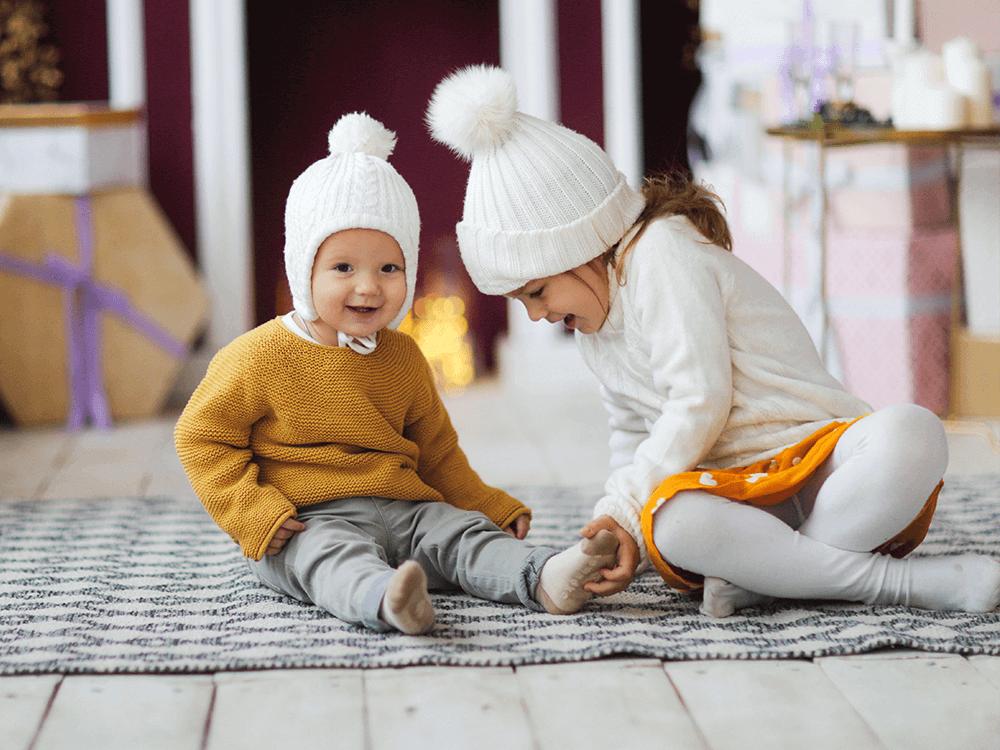 Niños felices en casa durante el invierno