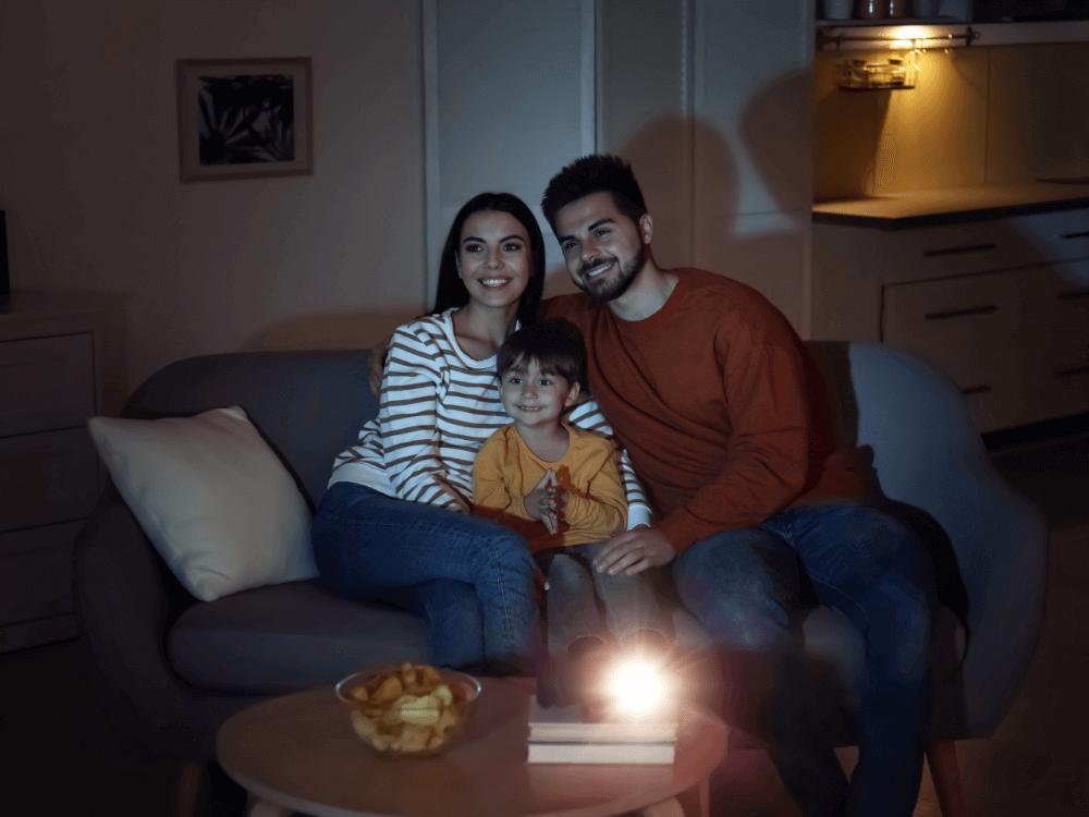 Imagen actividad 1: Familia viendo una película en casa