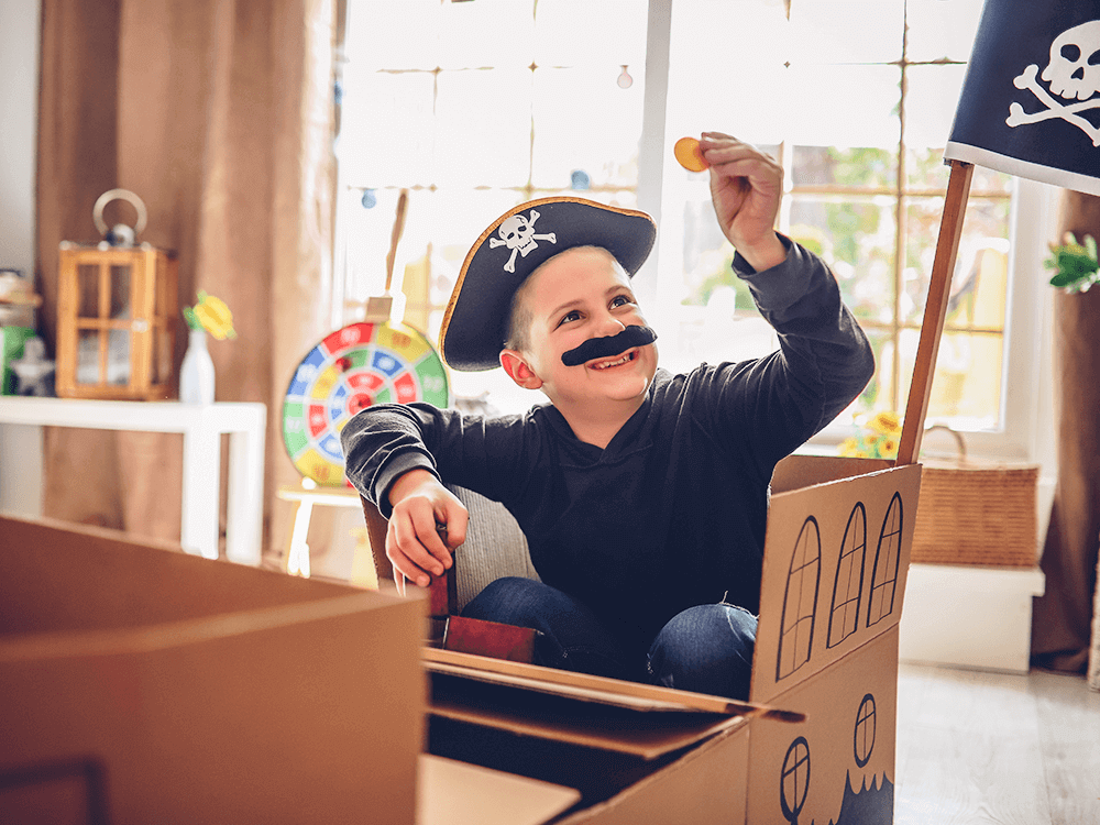 Imagen actividad 4: Niño disfrazado de pirata jugando a buscar el tesoro