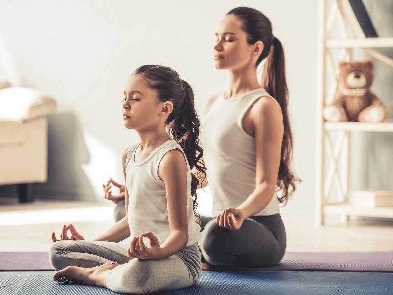 Landing yoga: Mamá e hija haciendo yoga