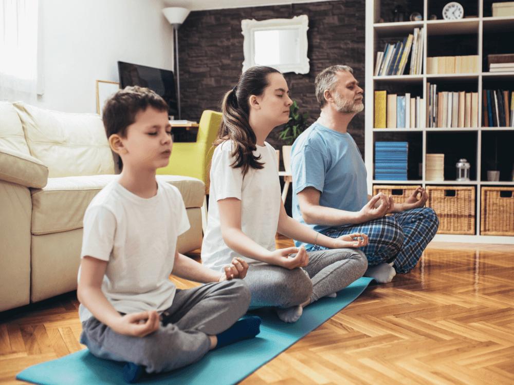 imagen de contexto: Familia haciendo yoga en la sala