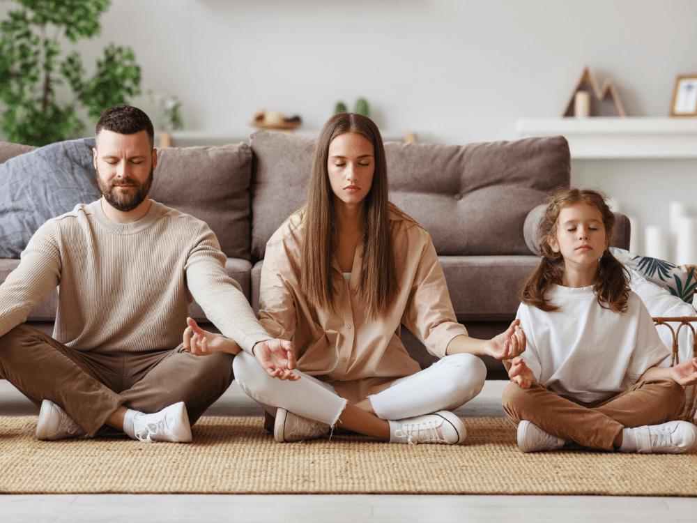 imagen contexto: Familia haciendo yoga