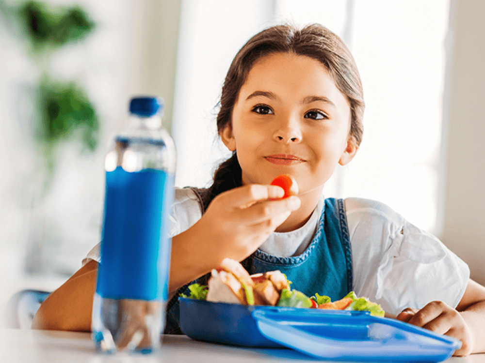 niña comiendo saludable