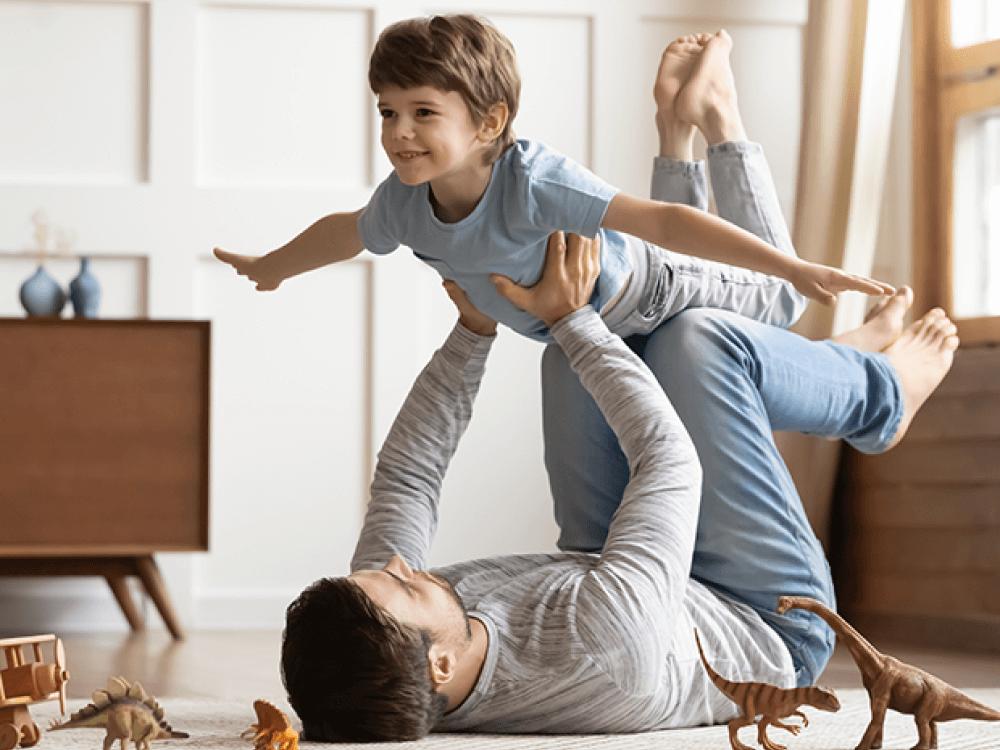 papá e hijo haciendo yoga