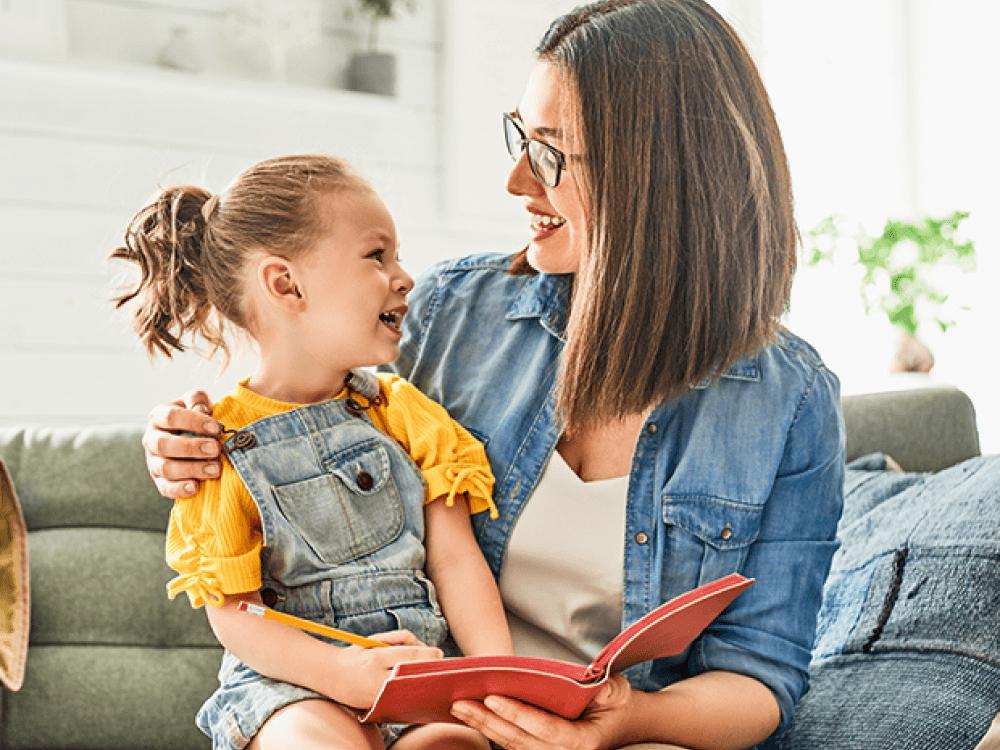 mamá leyendo un libro a su hija