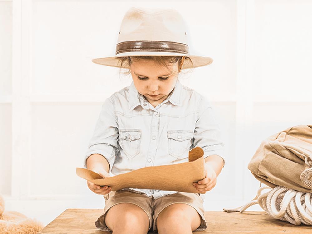 niño mirando un mapa