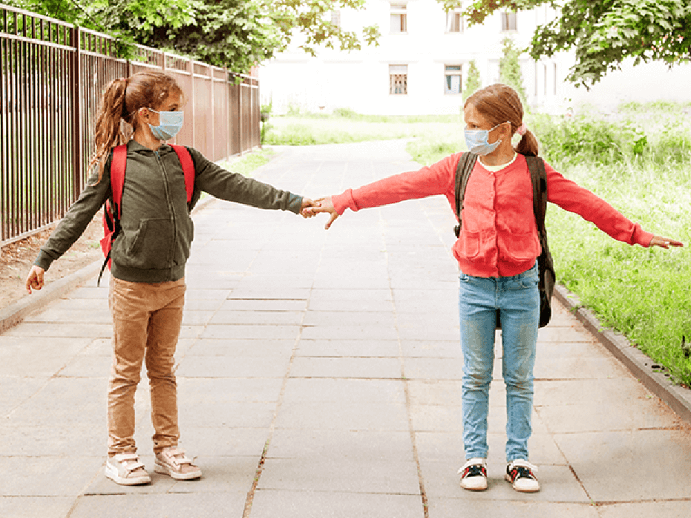 niñas conservando la sana distancia de 2 metros