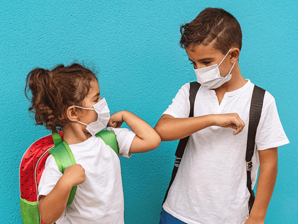 niños siguiendo los protocolos de distanciamiento