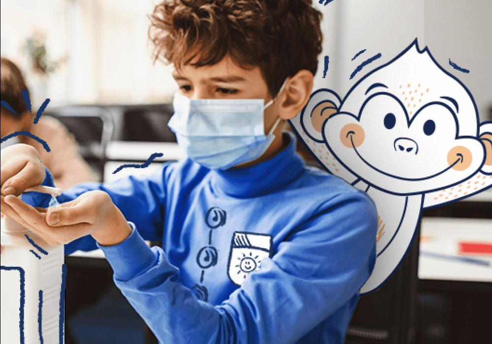 niño desinfectando sus manitas con gel antibacterial
