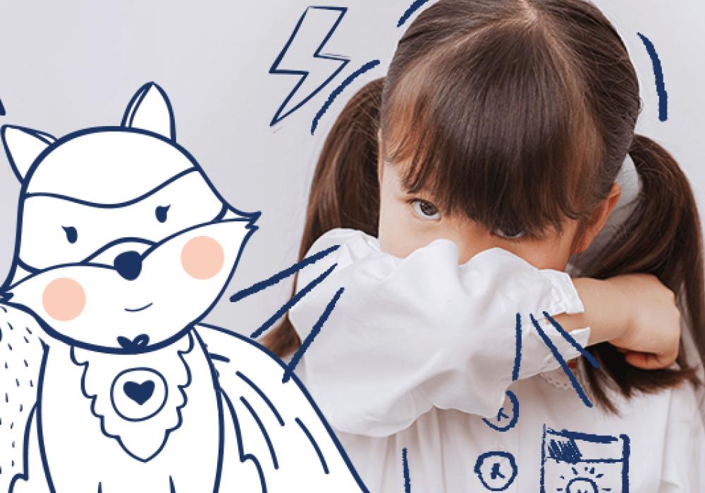 niña estornudando sobre su brazo