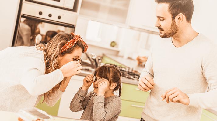 Familia divirtiéndose mientras cocinan juntos
