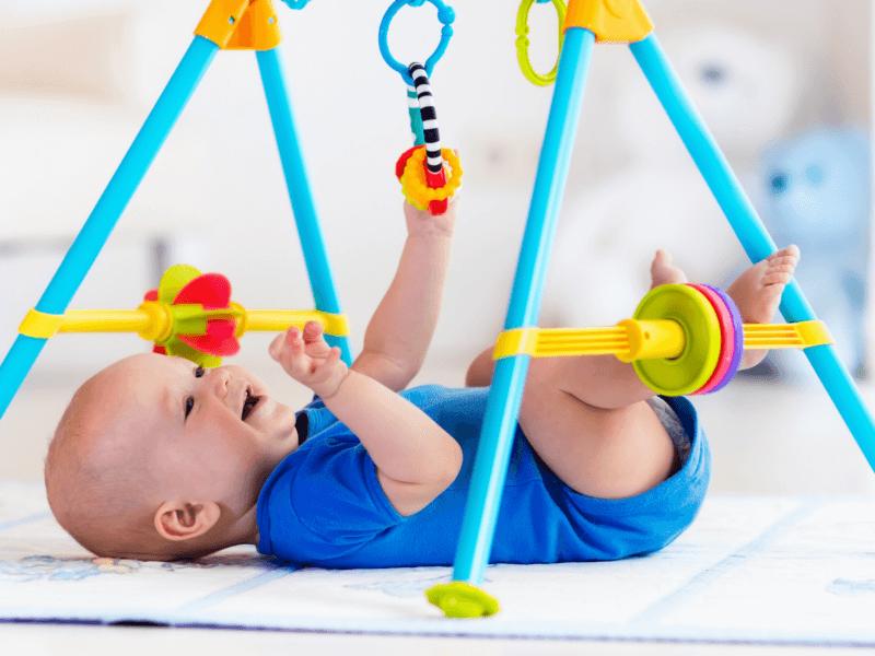 Bebé estimulando su desarrollo fisico
