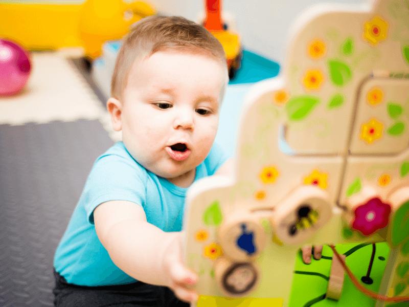 Bebá aprendiendo con su juguete
