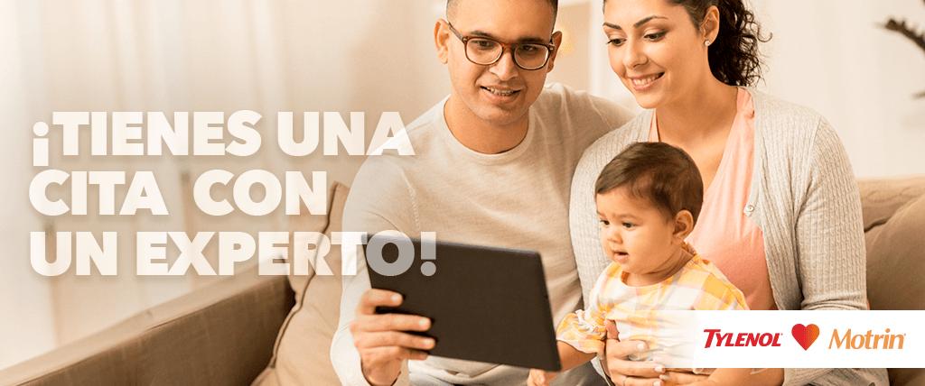 Familia con bebe feliz viendo la tablet