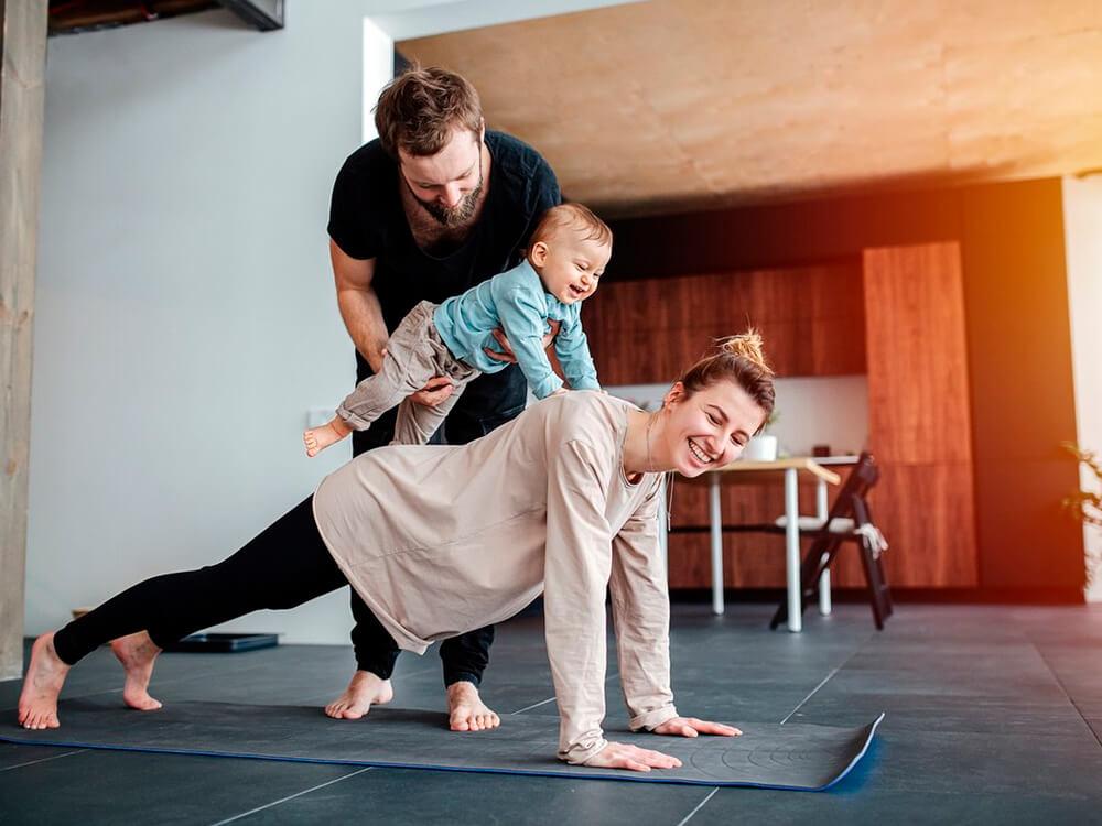 Tema 1: Familia con bebé haciendo ejercicio