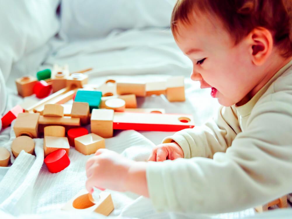 Tema 3: Bebé jugando con cubos de madera