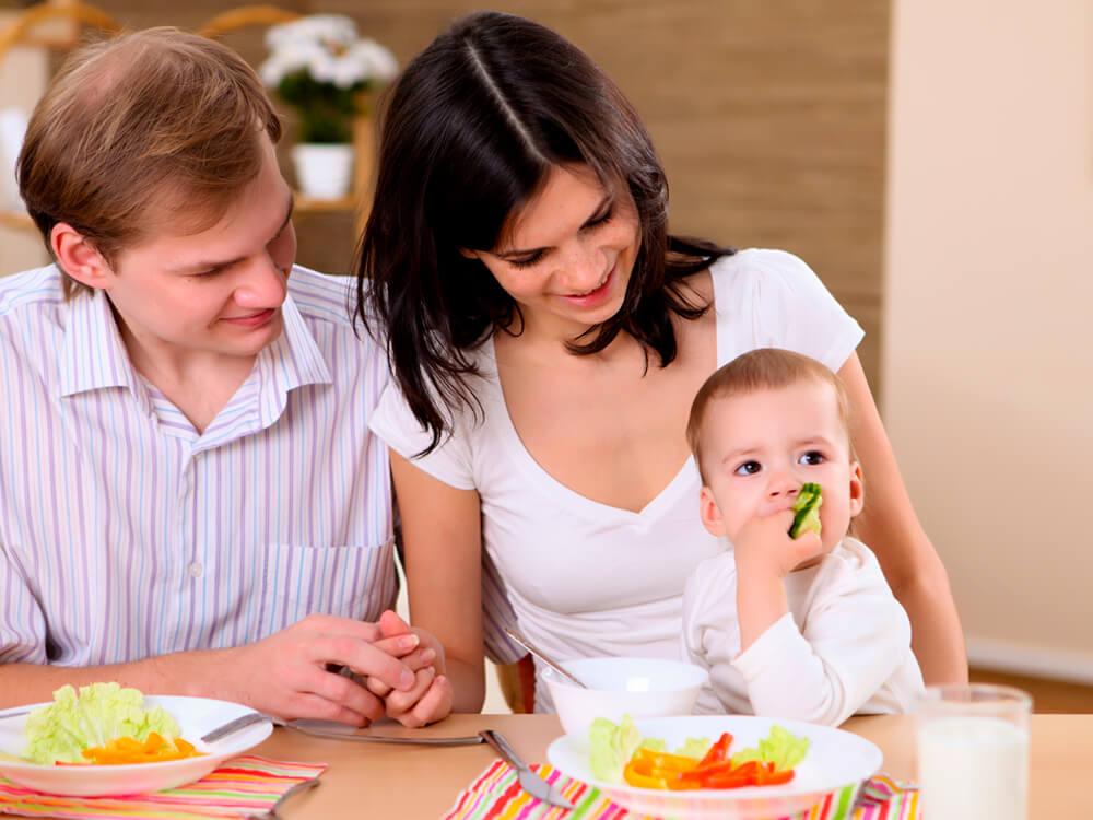 Tema 4: Familia y bebé comiendo verduras