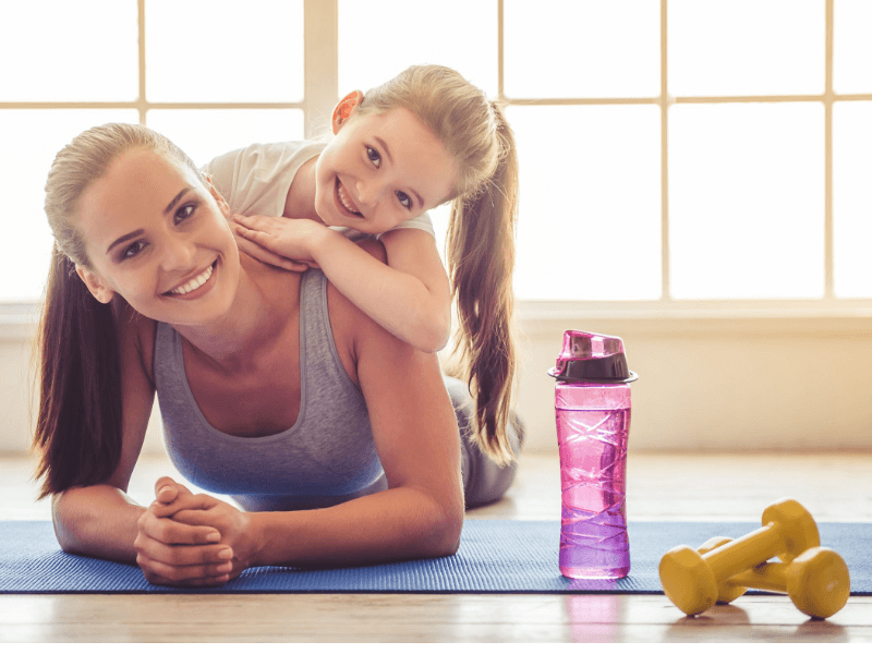 Landing ejercicios: Mamá e hija haciendo ejercicio