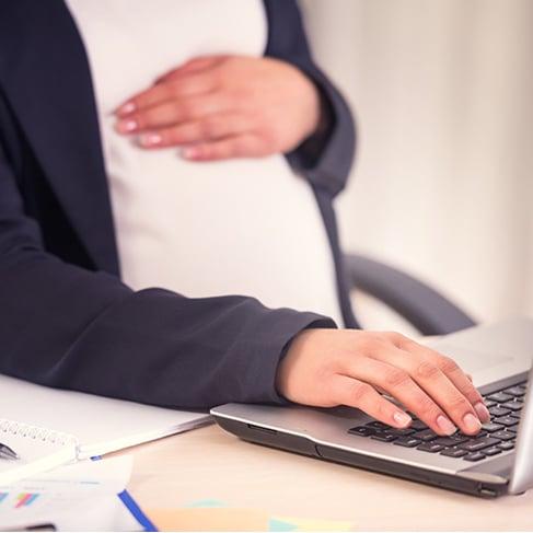 Mujer embarazada trabajando