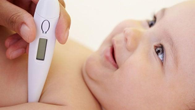 Mamá tomando temperatura a su hija